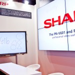 Pantallas interactivas en el stand de Sharp