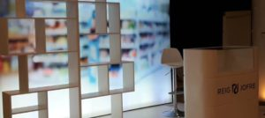 Valores corporativos en un stand diseñado para un evento comercial